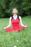Meditação exterior da jovem mulher Fotografia de Stock