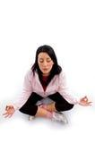 Meditação fazendo modelo no fundo branco Imagens de Stock Royalty Free