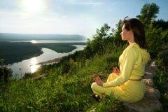 Meditação na montanha Fotos de Stock Royalty Free