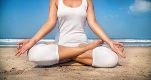 Meditação na praia Imagens de Stock