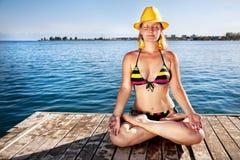 Meditação no chapéu amarelo Fotografia de Stock Royalty Free