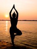Meditação no por do sol Imagem de Stock Royalty Free