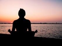 Meditação no por do sol Fotografia de Stock Royalty Free