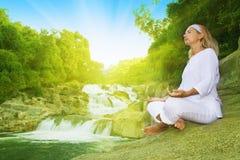 Meditação no tempo do nascer do sol Imagens de Stock Royalty Free