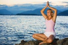 Meditação no tempo do por do sol Foto de Stock