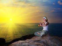 Meditação no tempo do por do sol Imagens de Stock