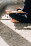 A meditação, o sol ilumina os dedos dobrados no mudra Imagens de Stock