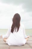 Meditação por jovens mulheres foto de stock royalty free