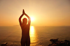 Meditação saudável da mulher da ioga no beira-mar do nascer do sol Fotos de Stock Royalty Free