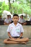 Meditação tailandesa de Meaning do estudante fotos de stock royalty free