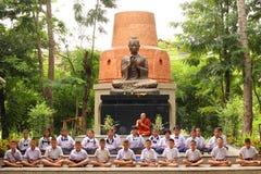 Meditação tailandesa de Meaning do estudante fotografia de stock