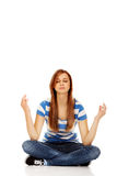 Meditación adolescente de la mujer en el piso Imagenes de archivo