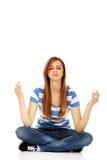 Meditación adolescente de la mujer en el piso Fotografía de archivo libre de regalías
