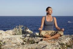 Meditación al aire libre Fotos de archivo libres de regalías