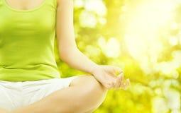 Meditación al aire libre de la yoga, cuerpo que medita, mano humana de la mujer imagen de archivo libre de regalías