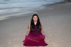 Meditación bonita de la mujer en la playa fotografía de archivo libre de regalías