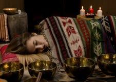 Meditación con los cuencos del canto del tibetano El concepto de calma y se relaja fotos de archivo