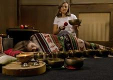 Meditación con los cuencos del canto del tibetano El concepto de calma y se relaja imagen de archivo