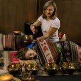 Meditación con los cuencos del canto del tibetano El concepto de calma y se relaja fotografía de archivo