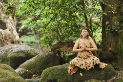 Meditación de la mujer en naturaleza Foto de archivo