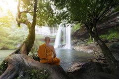 Meditación de la práctica del monje imágenes de archivo libres de regalías