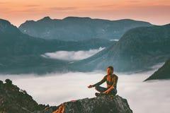 Meditación de la yoga en el viajero del hombre de montañas que se relaja solamente foto de archivo