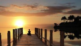 Meditación del embarcadero de la puesta del sol ilustración del vector