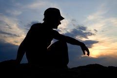 Meditación del hombre en puesta del sol Fotos de archivo libres de regalías