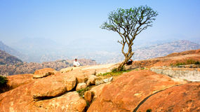 Meditación del monje budista en las montañas Fotografía de archivo