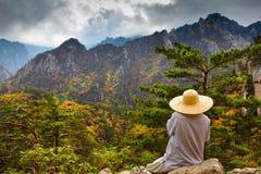 Meditación del monje budista en las montañas del seorak en el Seorak Imagen de archivo