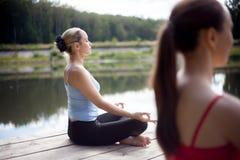 Meditación en clase de la yoga Imágenes de archivo libres de regalías