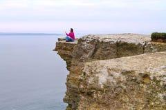 Meditación en el acantilado Imágenes de archivo libres de regalías