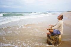 Meditación en el tiempo de la puesta del sol Fotos de archivo libres de regalías