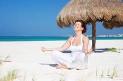 Meditación en la playa Imagenes de archivo