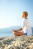 Meditación en la playa Foto de archivo libre de regalías