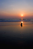 Meditación en la playa del océano Fotografía de archivo libre de regalías