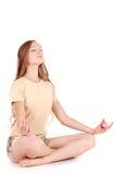 Meditación. Muchacha en la camisa de deporte Foto de archivo libre de regalías