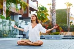 Meditación para menos tensión Mujer joven en verano fotografía de archivo libre de regalías
