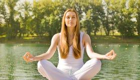 Meditación practicante de la yoga de la mujer imagenes de archivo