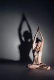 Meditación practicante femenina joven de la yoga; Imagenes de archivo