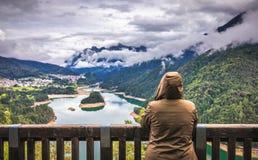 Meditación relajante del viajero con las montañas y el lago serenos de la visión fotos de archivo libres de regalías