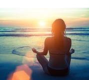 Meditación, serenidad y yoga practicando en la puesta del sol que sorprende Naturaleza foto de archivo