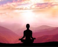 meditación Silueta del hombre en la montaña Fotos de archivo
