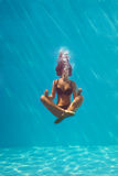 Meditación subacuática Imagen de archivo
