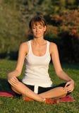 Meditación/yoga en el parque Imagen de archivo