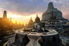 Meditando a estátua da Buda Templo de Borobudur Java central, Indon imagem de stock