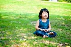 Meditando a menina Fotografia de Stock Royalty Free