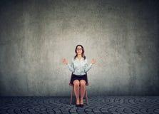 Meditando a mulher na cadeira com os olhos fechados fotografia de stock royalty free