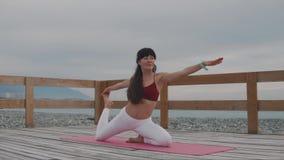 Meditando a mulher que faz a ioga exterior video estoque