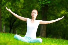 Meditando nel parco Fotografia Stock Libera da Diritti